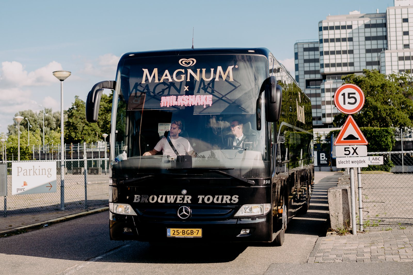 Magic Milkshake Soiree Magnum bus